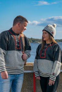 Telemark klassisk är en härlig norsk tröja som har ett mycket gammalt norskt mönster och vackert arbetade spännen.