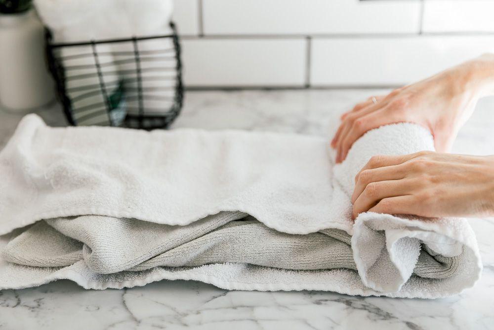 Istället för att centrifugera kan du lägga tröjan i en handduk som du viker in tröjan i. Sen rullar du ihop den